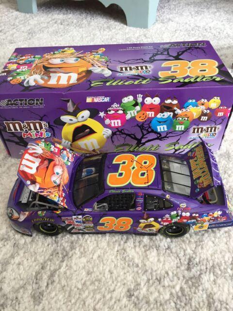 Elloitt Sadler 2005 M&Ms Minis Halloween #38 Ford Taurus 1/24 NASCAR Diecast