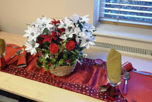 Artificial Christmas Flower Basket Poinsettia /& Chrysanthemum Berry Holly Ivy