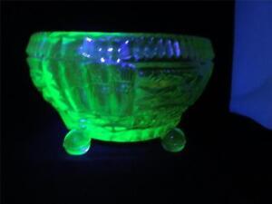 STUNNING-ART-DECO-TCHECOSLOVAQUIE-CZECH-URANIUM-GREEN-GLASS-BOWL-DISH-BALL-FEET