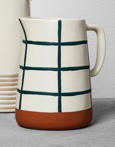 Foyer et de la main avec Magnolia grille bleue stoneware pitcher Terra Cotta bas