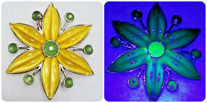 VINTAGE Yellow & Green URANIUM GLASS Brooch DAISY FLOWER Pin w/ MOLDED Petals