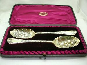 ... Antique-Pair-Large-LONDON-Gold-amp-Silver-Berry-Spoons-amp-Fitted-Case