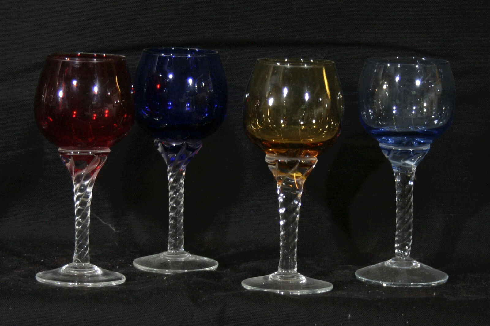 4 verre à digestif coloreés   4 colored glass for liquors