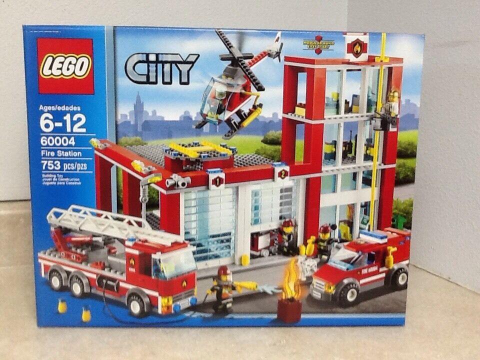 Lego City Fire Station 60004 (Retraité) avec 5 minifigs et un DALMATION DOG