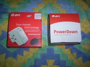2x E-sur Les économies D'énergie Plugs - 1x Power Down, Tv Périphériques Plug-afficher Le Titre D'origine Couleurs Fantaisie