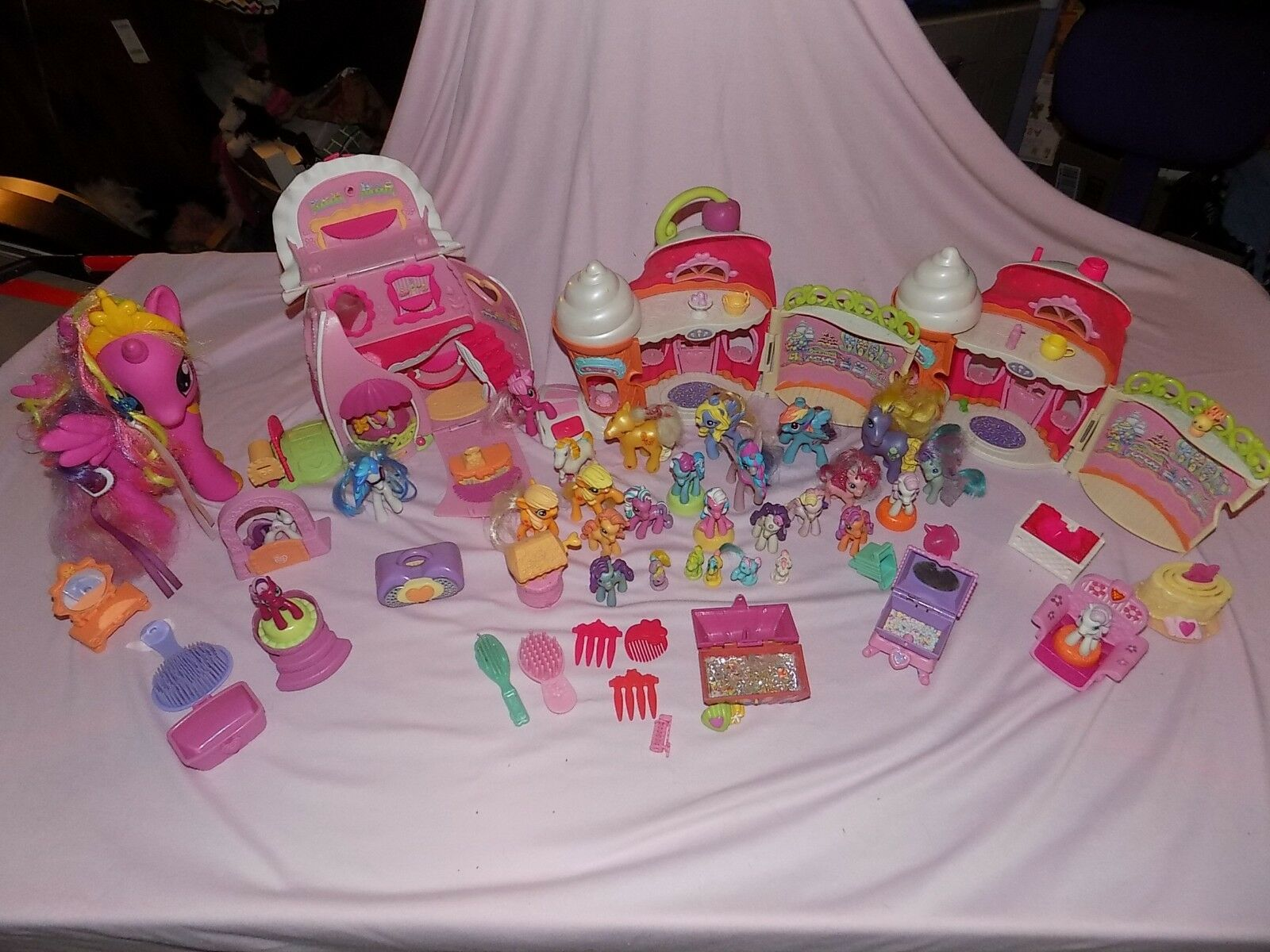 My Little Pony Large Lot of 32 Ponies, 3 Shop Buildings, 19 Accessories  LQQK
