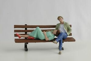 Figurine-Assis-Lovers-Paire-Femme-Homme-Set-avec-Banque-1-18-American-Diorama