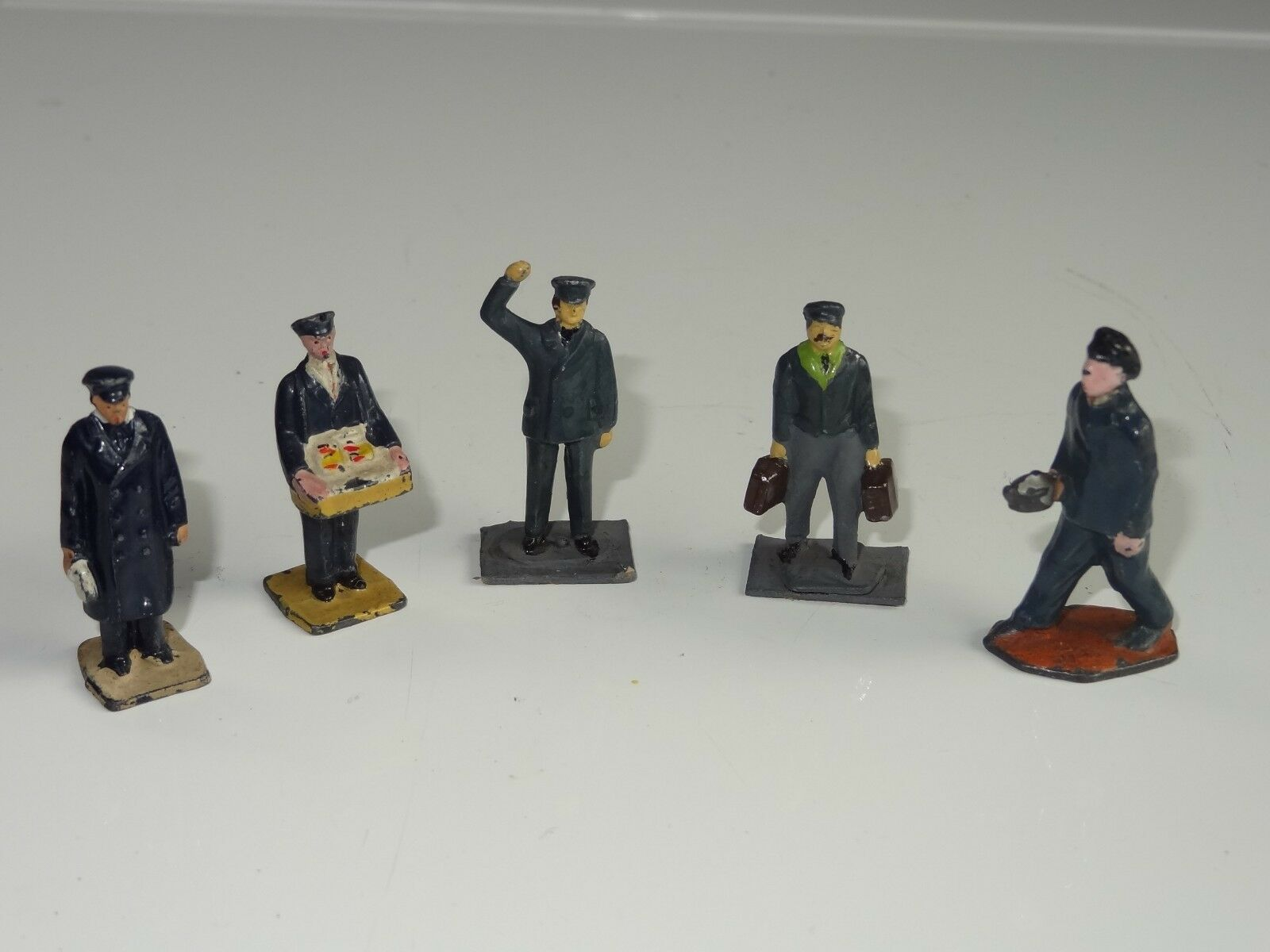 (D) DINKY RAILWAY STAFF FIGURES O OO DUBLO GAUGE LOT OF 5