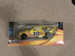 HOT-WHEELS-RACING-10-NESQUICK-1-24-SCALE-DIECAST-CAR-NIB