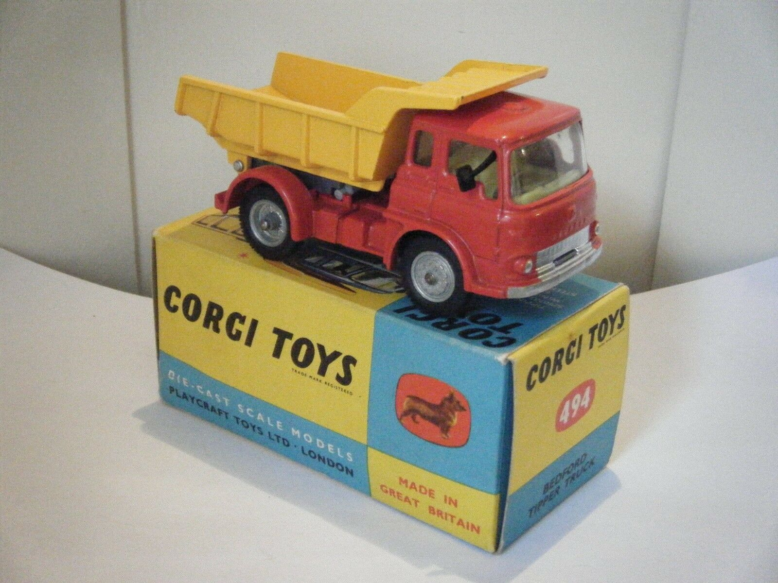 Corgi no  494  Bedford Volquete Camión  - rosso giallo (1960's Boxed) Original