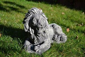 liegender-Loewe-Torloewe-Gartenfigur-aus-Steinguss-Torwaechter