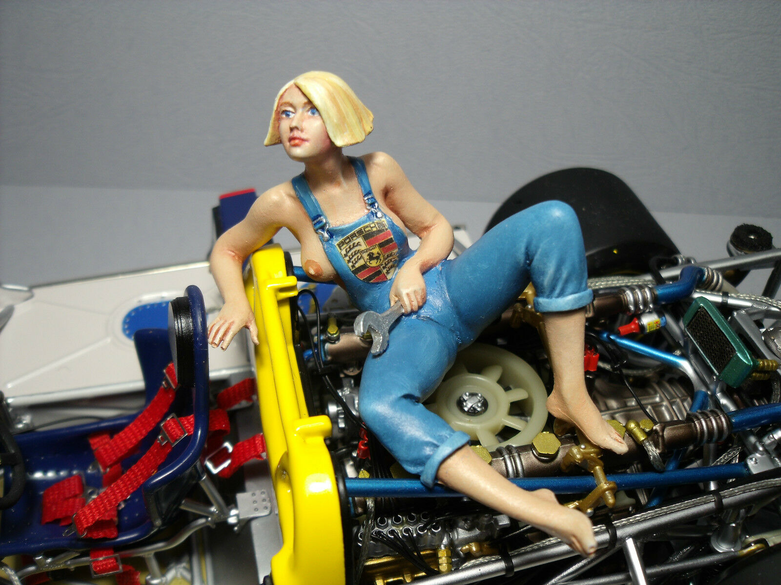 1 18  FIGURE  UTE  THE  PORSCHE  GIRL  VROOM  UNPAINTED  FOR  EXOTO  SPARK  1 18