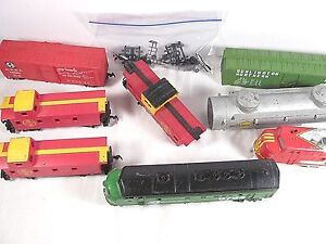 9 PIECE LOT OF CABOOSES, CARS, LOCOMOTIVE HO SCALE / PARTS OR REPAIR