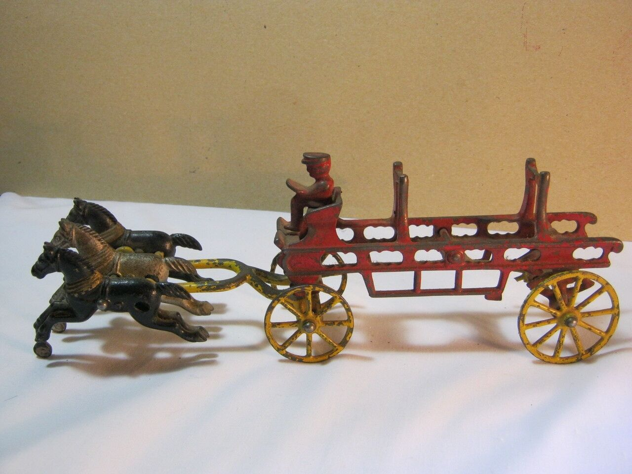 Cast Iron Horse Drawn Fire Wagon med Driver Antique Lik is T
