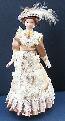 Lady escala 1:12 en un vestido marrón claro tumdee casa de muñecas en miniatura de personas F