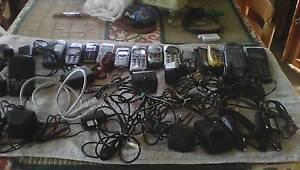 stock-12-cellulari-e-tantissimi-caricabatterie-vintage