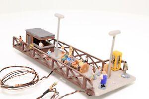 Spur-N-Bahnsteig-mit-Figuren-Kiosk-Telefonzelle-und-Beleuchtung-fertig-aufgebaut