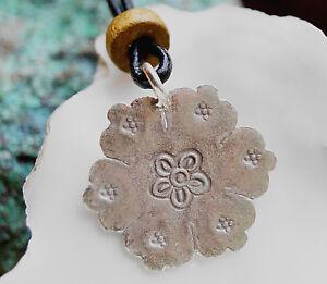 Amulett-Silber-Anhaenger-2-cm-Platte-Bluete-Floral-Verspielt-Secheck-Matt-Glanz