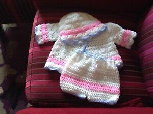 2019 Nouveau Style Une Nouvelle Main Crochet Bébé Cardigan, Pantalon & Bonnet Set Blanc Rose & Bl-afficher Le Titre D'origine Artisanat D'Art