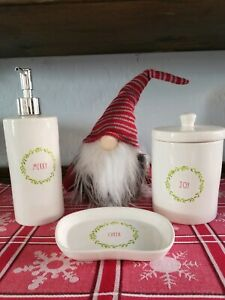 NEW-Rae-Dunn-034-MERRY-JOY-amp-CHEER-Christmas-Bathroom-3-Piece-Set-Soap-Lotion