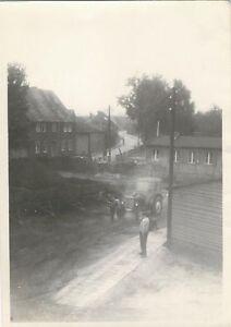 5-421-FOTO-TRAKTOR-HANGER-DDR-STEMPEL-PRENZLAU-HAUS-STRASSE-MANN-BARACKE-BAUM