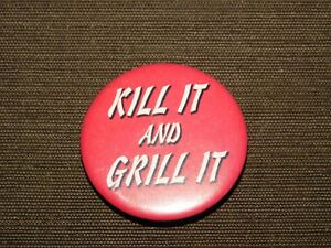 VINTAGE-BBQ-BARBECUE-1995-1-3-4-034-ACROSS-KILL-IT-AND-GRILL-IT-PIN-BACK-BUTTON