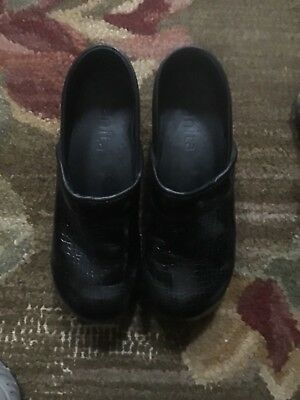 Honest Sanita Women's Clogs Black Embossed Eur Size 40 Converts To 9.5-10 Usa Choice Materials Clothing, Shoes & Accessories