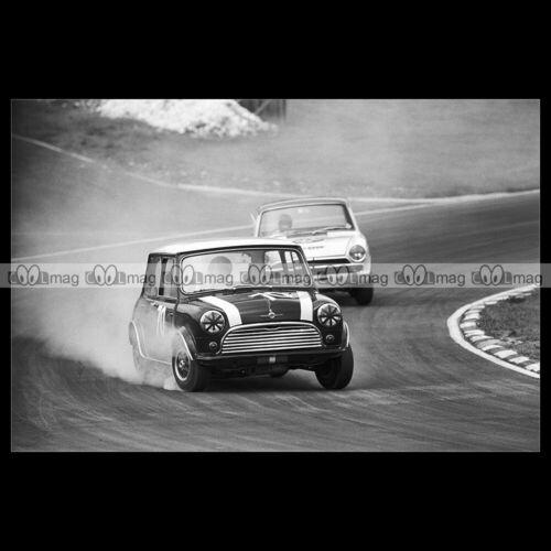 #pha.025961 Photo MORRIS MINI COOPER S JOHN RHODES BRANDS HATCH 1966 Car Auto
