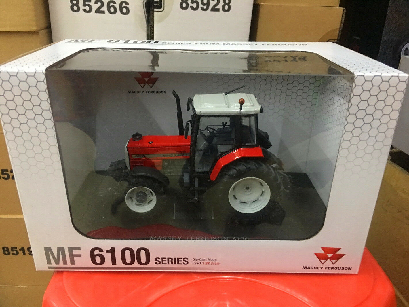 Universal hobbies 1 32 Massey Ferguson 6170 Tractor DIECAST MODEL UH4202