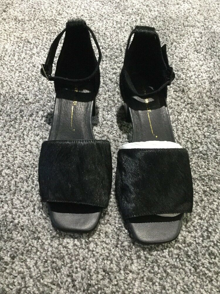 NEW Anthropologie Intentionally Pony Hair Hair Hair Ankle Strap Open Toe Heels Größe 37 Blk d214bc