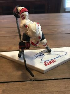 Figurine autographiée par Joe Sakic Mcfarlane Nhl au Canada