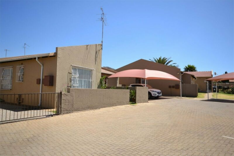 FIRST FLOOR TOWNHOUSE WITH BALCONY SITUATED IN A 24 HOUR SECURITY COMPLEX.