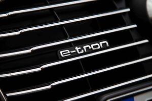 Nuevo-Genuino-Audi-A3-S3-13-17-Parachoques-Delantero-Radiador-Parrilla-034-e-tron-034-Insignia-OEM