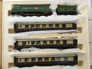 Hornby-OO-R2369-The-Golden-Arrow-Train-Pack-c-w-Pullman-cars-with-lights