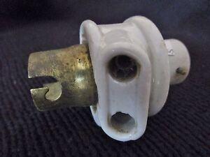 ancienne-douille-voleuse-a-baionnette-B22-en-porcelaine-blanche