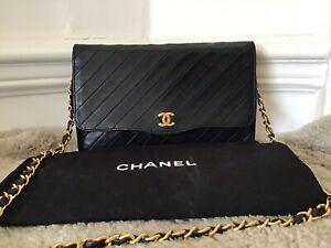 design senza tempo e3e54 37f6c Dettagli su Chanel Vintage Blu Navy a tracolla/pochette- mostra il titolo  originale
