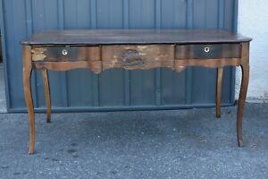 Rare-grand-bureau-plat-d-039-epoque-Louis-XV-1750-Bois-sculpte-Noyer-tiroir-Desk