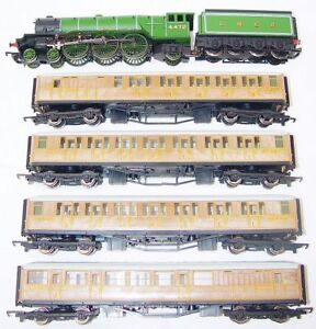 Hornby-OO-HO-A3-FLYING-SCOTSMAN-STEAM-LOCOMOTIVE-4-TEAK-COACHES-Gift-Set-NM-05