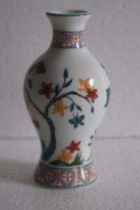 TREASURES-OF-THE-DYNASTIES-MINATURE-MING-DYNASTIE-PORCELAIN-BALUSTER-VASE
