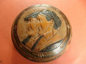 coffret-boite-ronde-bois-sculpte-portrait-personnages-sur-couvercle-bijoux-bonbo
