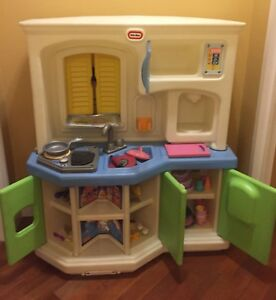 Little Tikes Kitchen Set Along With Some Kitchen Food And Utensils Pick Up Only Ebay
