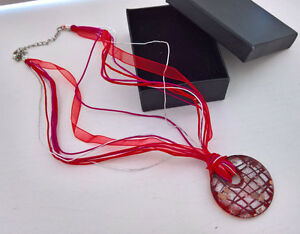 Halskette-mit-Glas-Anhaenger-runde-Form-rot-farbig-Stoff-Halband-Kette