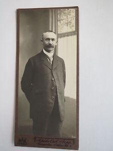 Weingarten-stehender-Mann-im-Anzug-Portrait-CDV