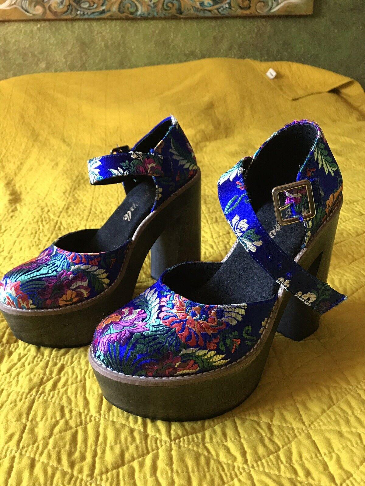 tutti i prodotti ottengono fino al 34% di sconto Free People blu Starlet Oriental Oriental Oriental Brocade Mary Jane Platform Heels 8 NWOB 38  basso prezzo del 40%