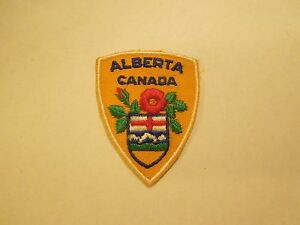 Vintage-Alberta-Canada-Flag-and-Flower-Souvenir-Embroidered-Sew-On-Patch
