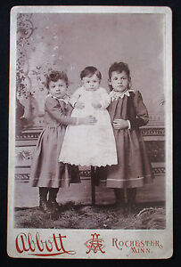 1880-039-s-CDV-Cabinet-Photo-3-Victorian-Sisters-Stands-Unusual-Pose