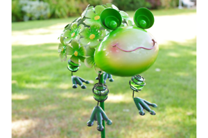 METAL-GREEN-FROG-TOAD-ON-A-STAKE-GARDEN-ORNAMENT-HANGING-LEGS-FLOWERS-UK-SELLER