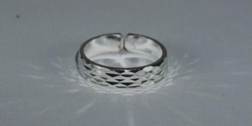 schlichter Zehenring aus 925 Silber mit geschliffenem Muster T154