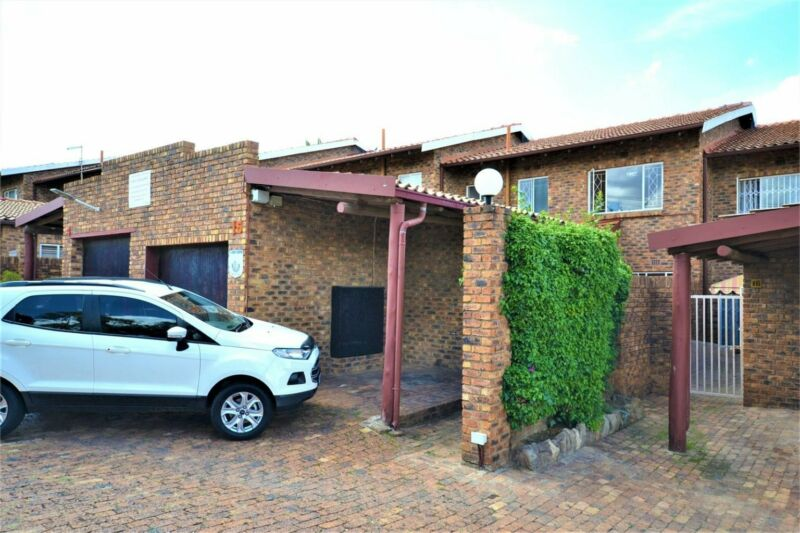 TOO GOOD AN OPPORTUNITY TO MISS OUT ON. LARGE TOWNHOUSE IN FORMAIN AT 30% BELOW MOST RE...