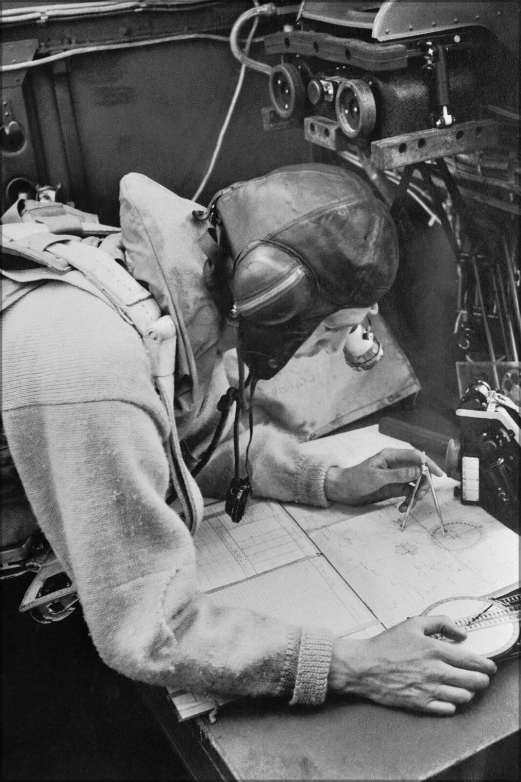 Poster, Molte Misure; a Cecil Beaton Fotografia di Navigator Working At Suo Lui
